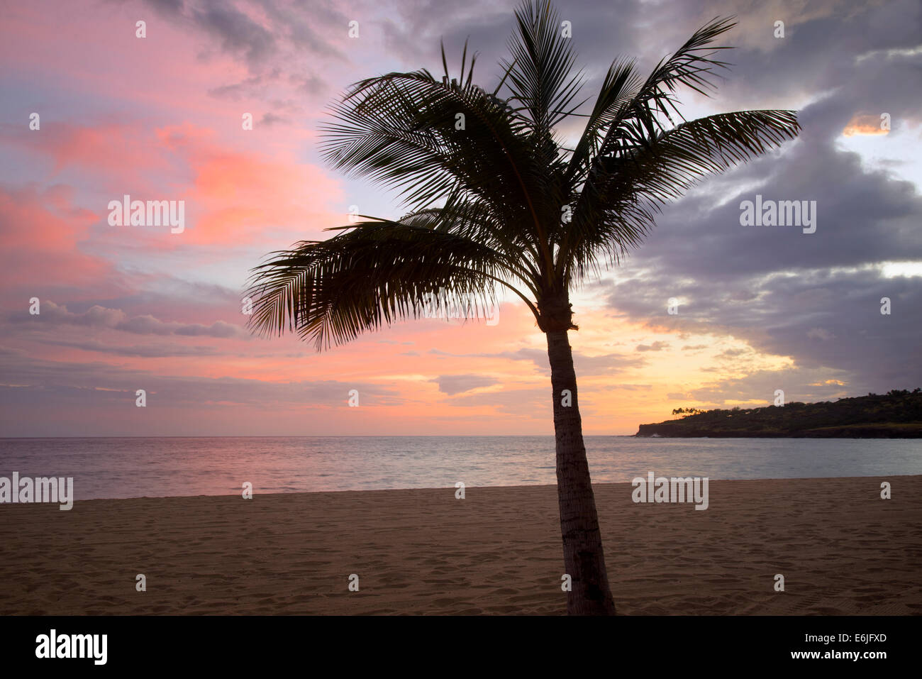 Strand und Sonnenuntergang am Hulopoe Beach. Four Seasons at Manele Bay auf Hawaii Stockbild
