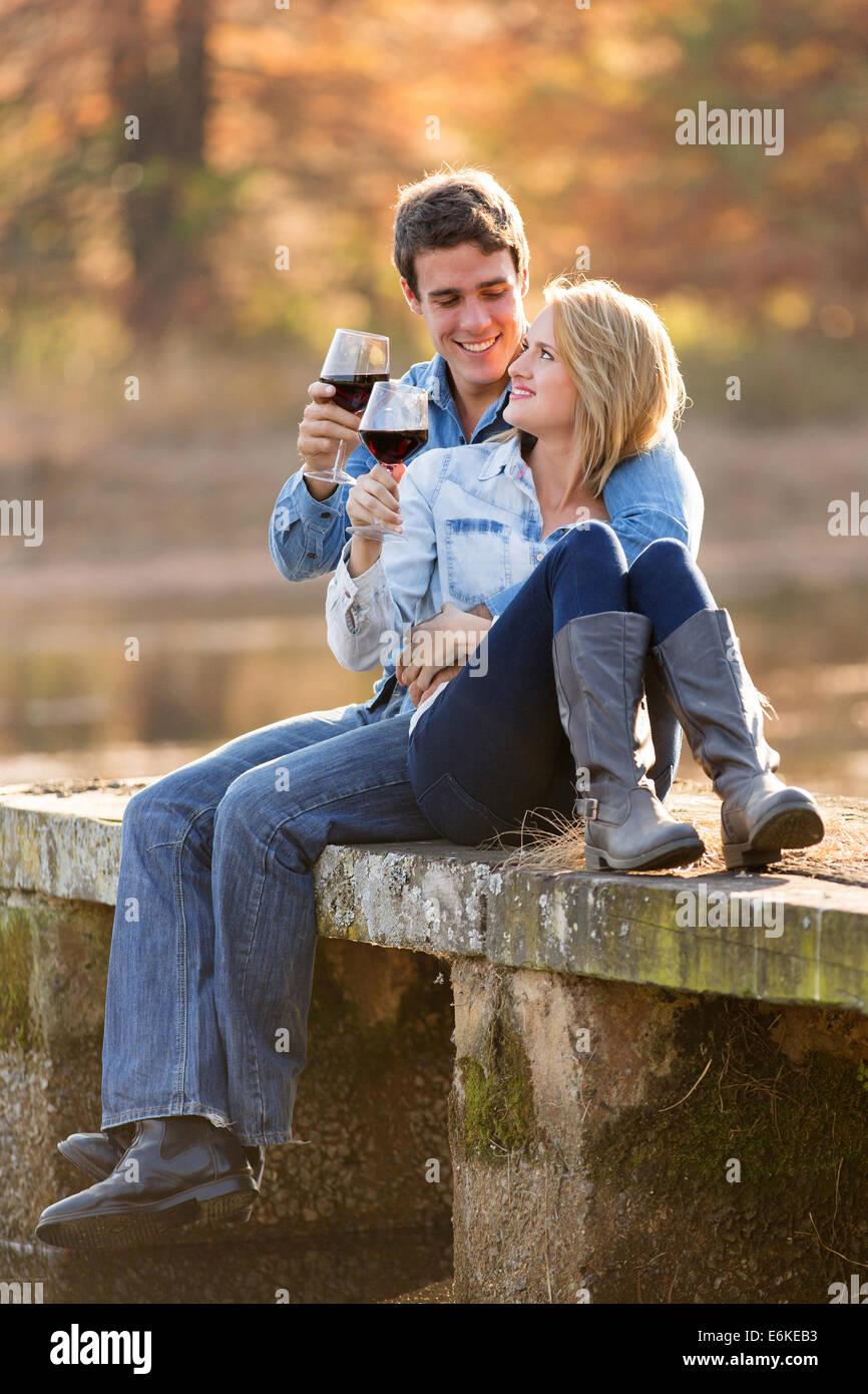 romantisch zu zweit trinken Rotwein im freien Stockbild