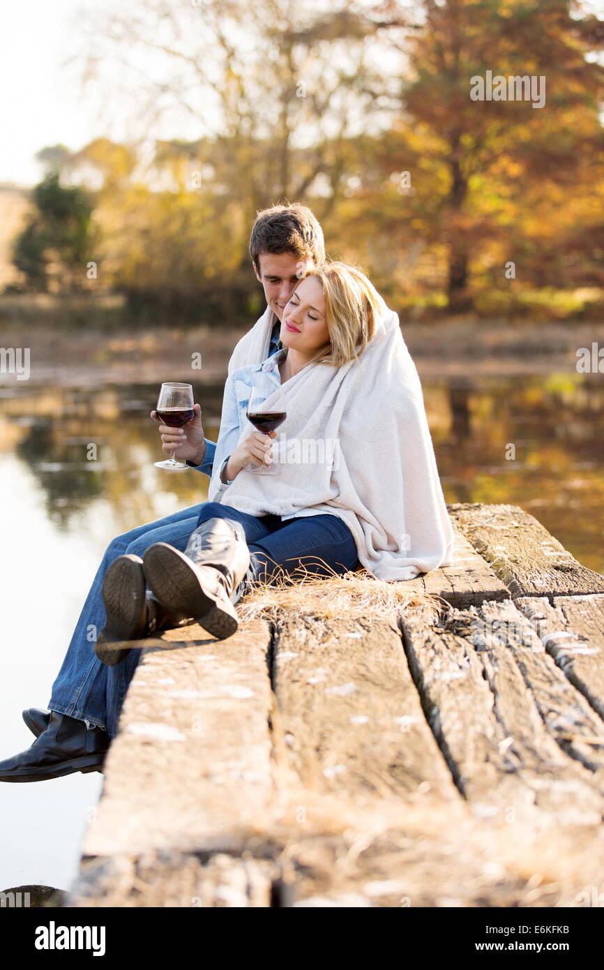 romantische junges Paar kuscheln im Freien im Herbst Stockbild