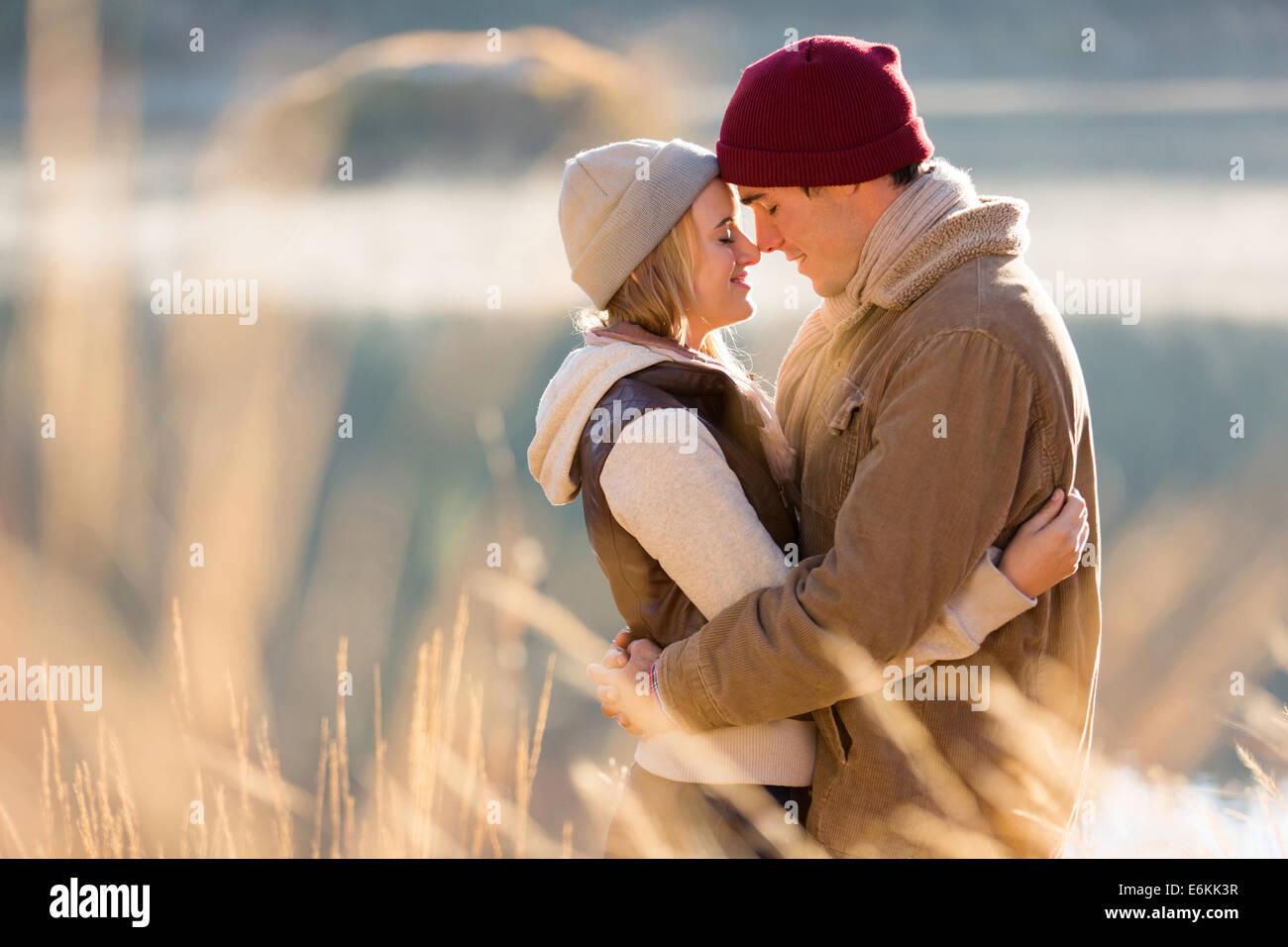 junges Liebespaar in Herbstmorgen am Fluss Stockbild