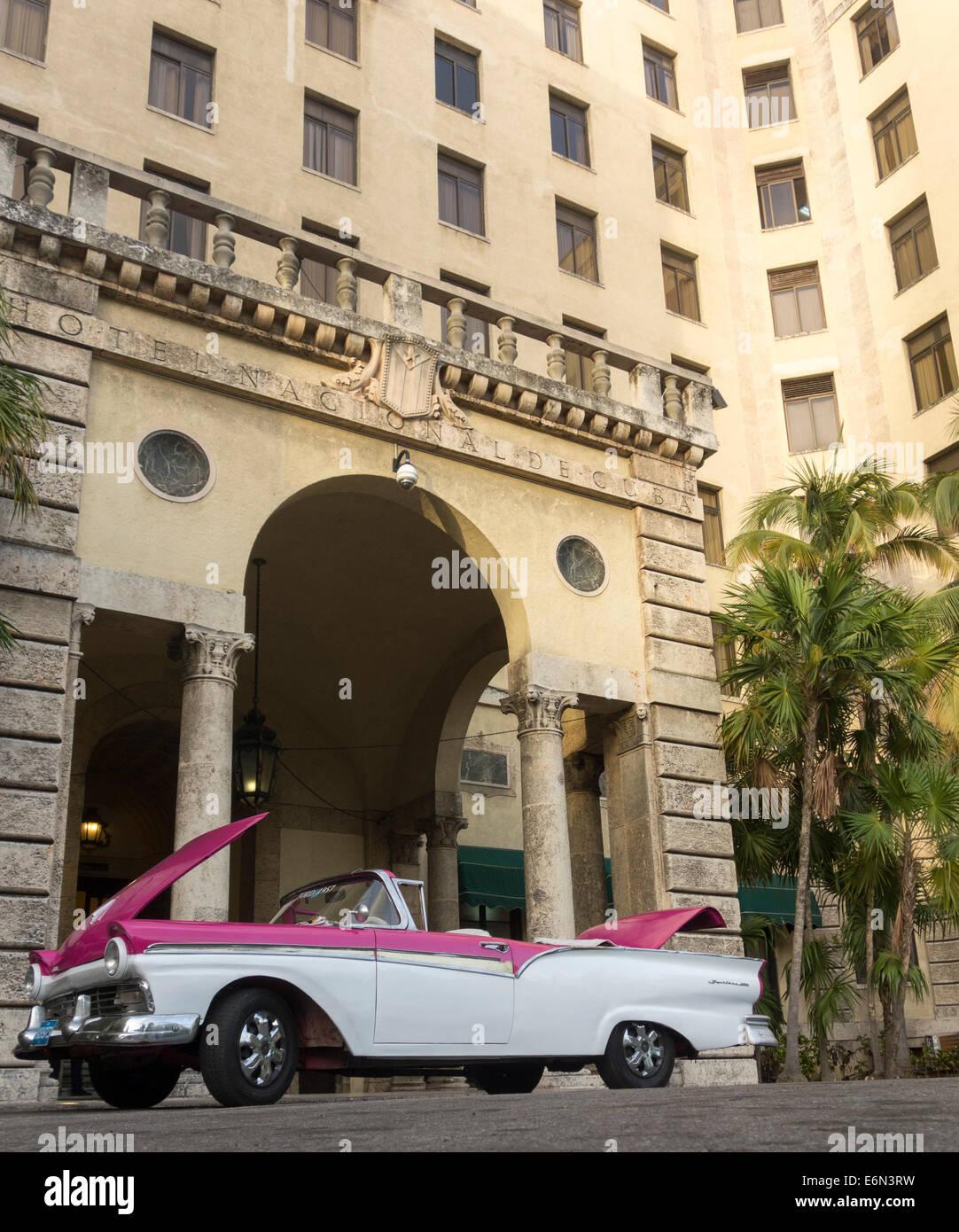 alten 1950er Jahre Ford Fairlane 600 Auto, Hotel Nacional de Cuba, Havanna, Kuba Stockbild