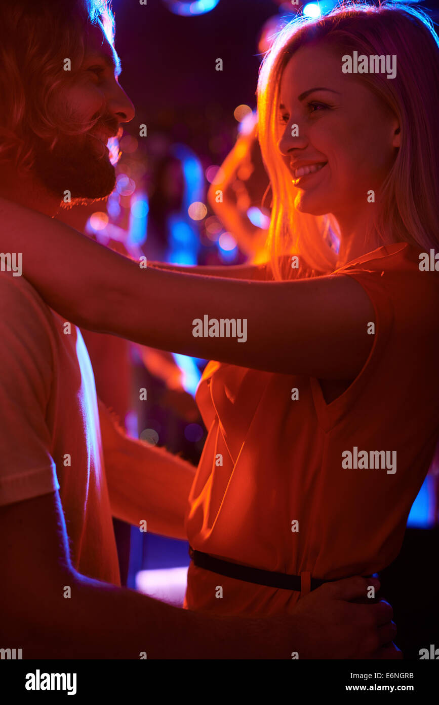 Sweethearts zusammen tanzen im Nachtclub Stockbild