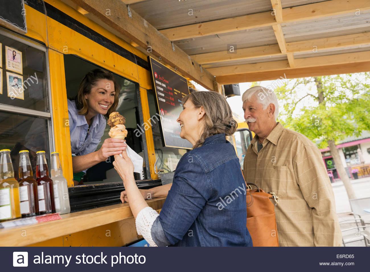 Älteres Ehepaar Eis am Imbisswagen kaufen Stockbild