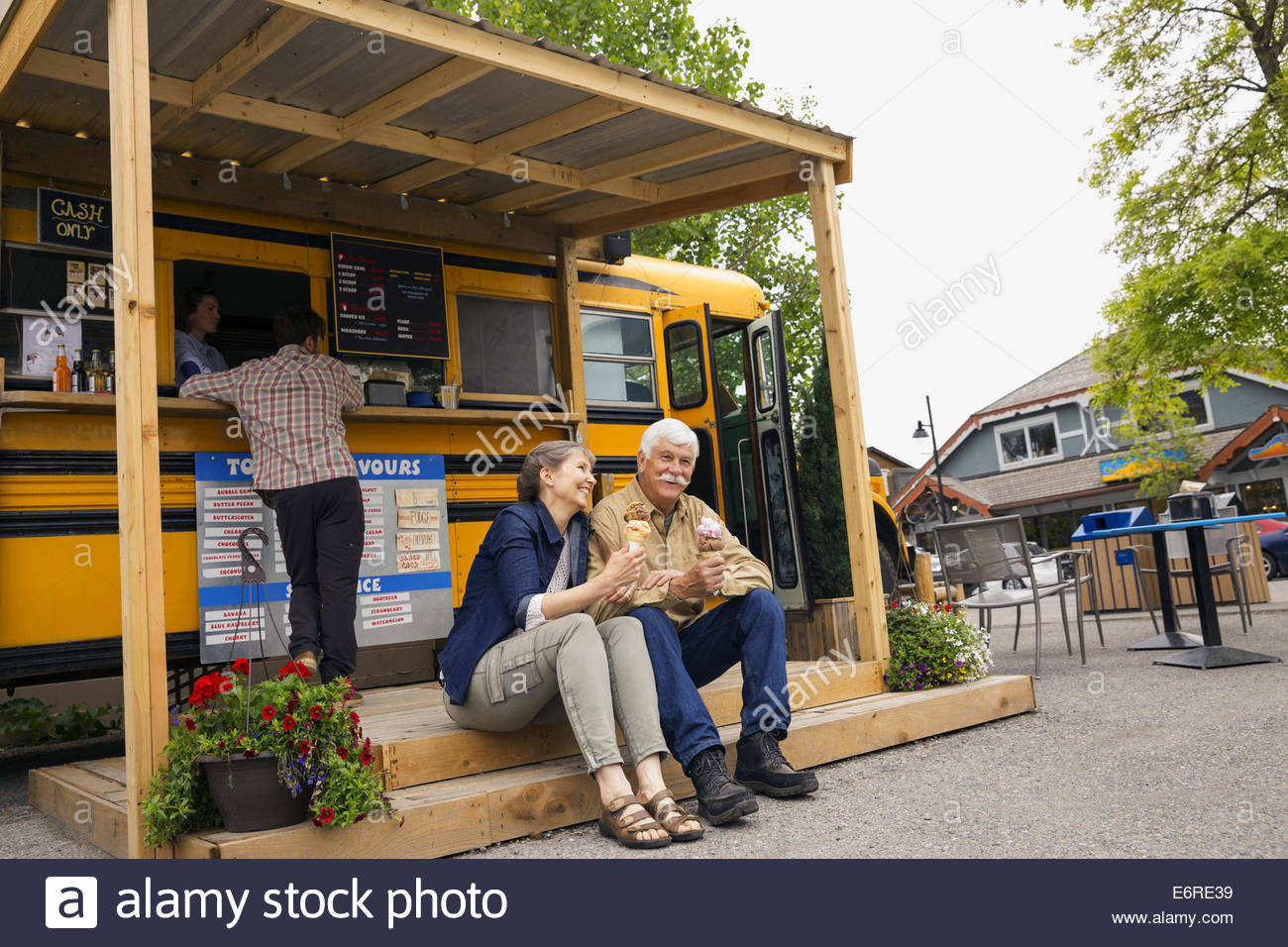 Älteres Ehepaar essen Eis bei Imbisswagen Stockbild