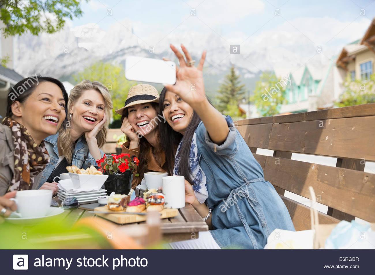 Frauen, die Handy-Bild im café Stockbild