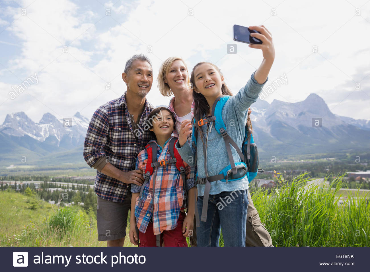 Familie Handy-Aufnahme auf ländlichen Hügel Stockbild