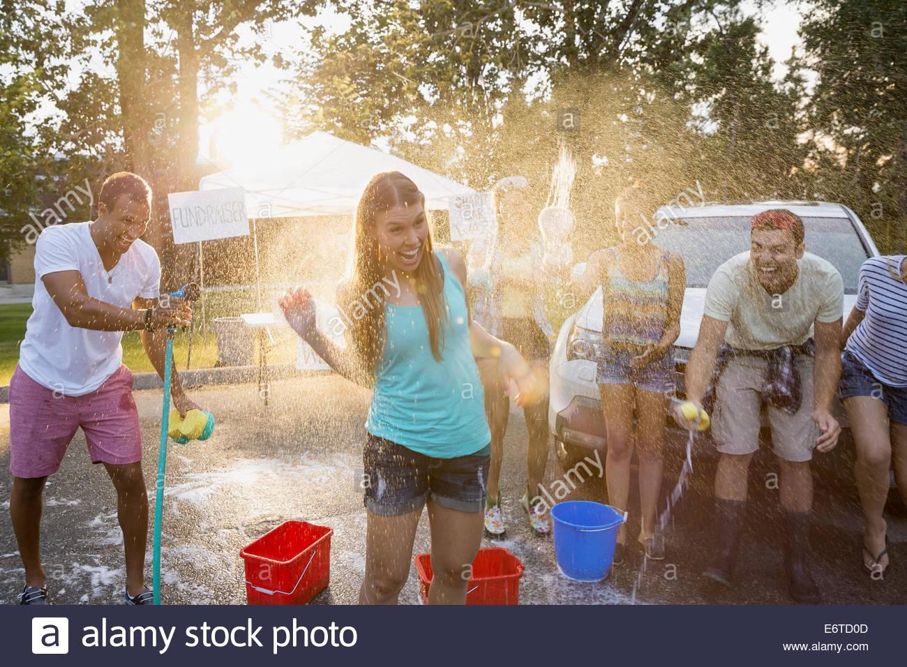 Mann Frau mit Schlauch in Autowaschanlage Spritzen Stockbild