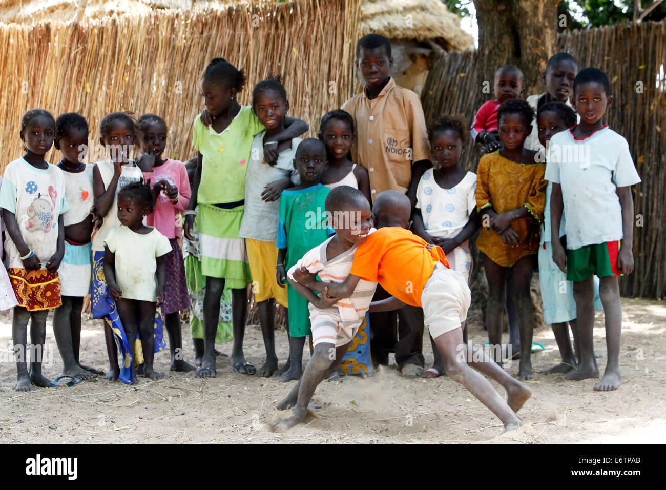 Kinder führen ein Wrestling-Match. Wrestling ist der senegalesischen Nationalsport. Senegal, Afrika Stockbild