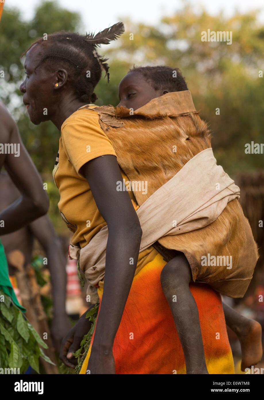 Majang Stamm Frau mit ihrem Baby, Kobown, Äthiopien Stockbild