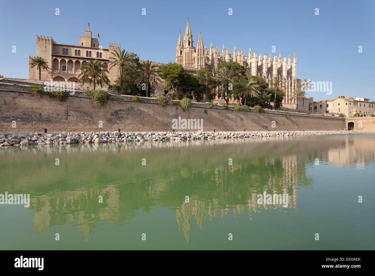 Kathedrale von Palma an der marine Park Parc De La Mar, Palma de Mallorca, Mallorca, Balearen, Spanien Stockbild