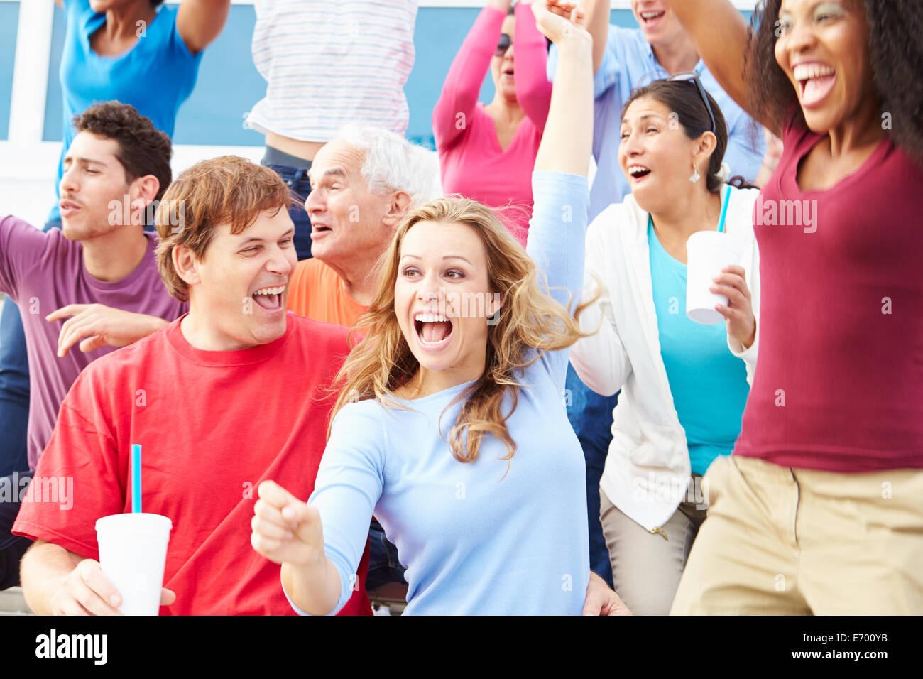 Zuschauer beim Outdoor-Sportevent feiern Stockbild