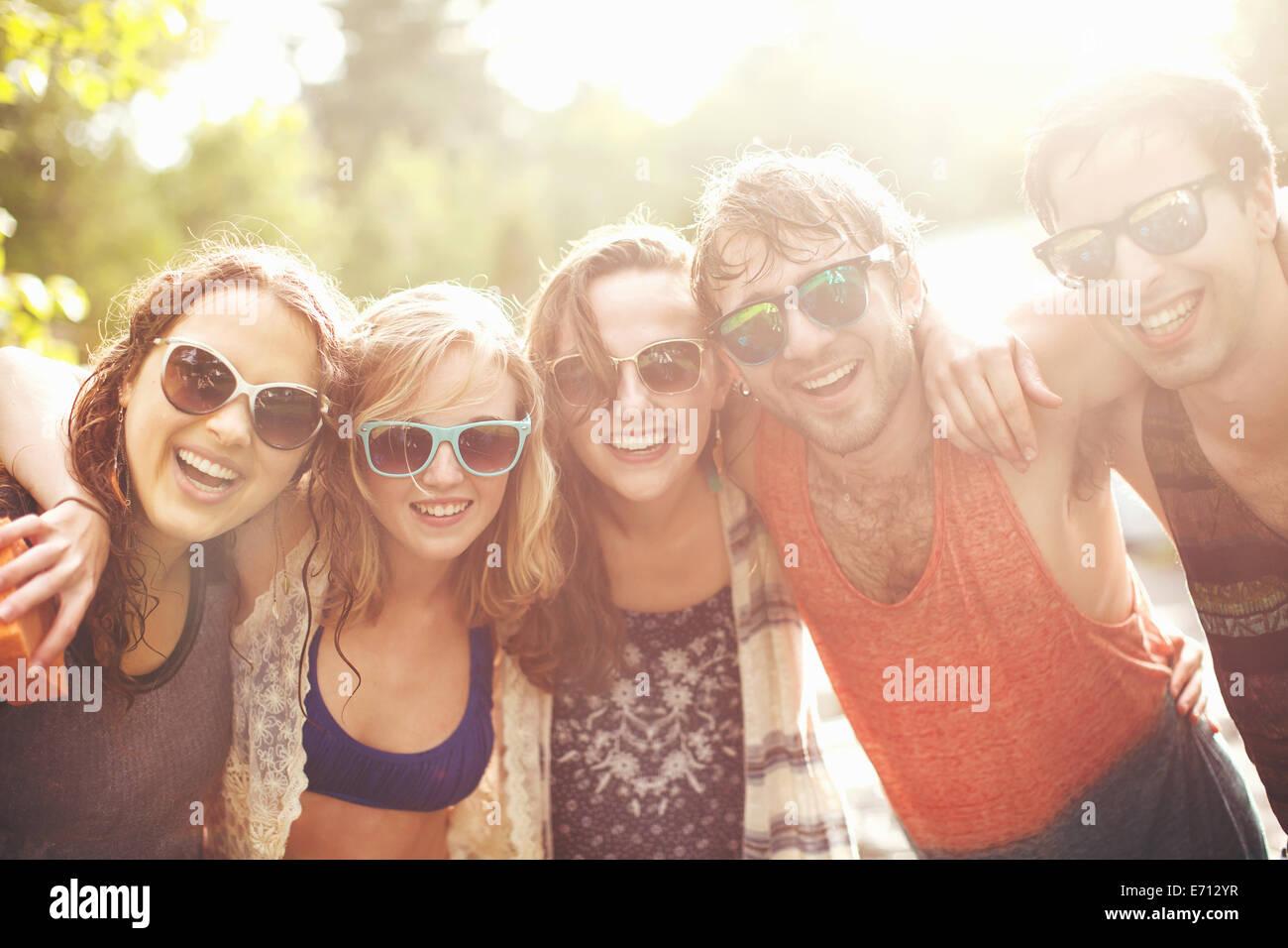 Fünf Freunde mit Arme um einander, portrait Stockbild