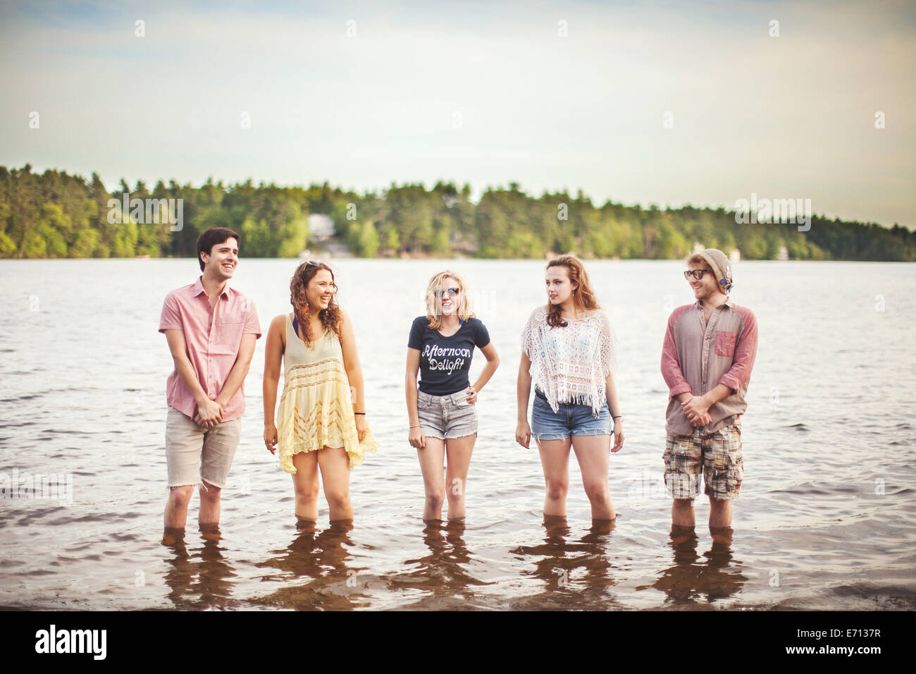 Fünf Freunde im Wasser stehend Stockbild