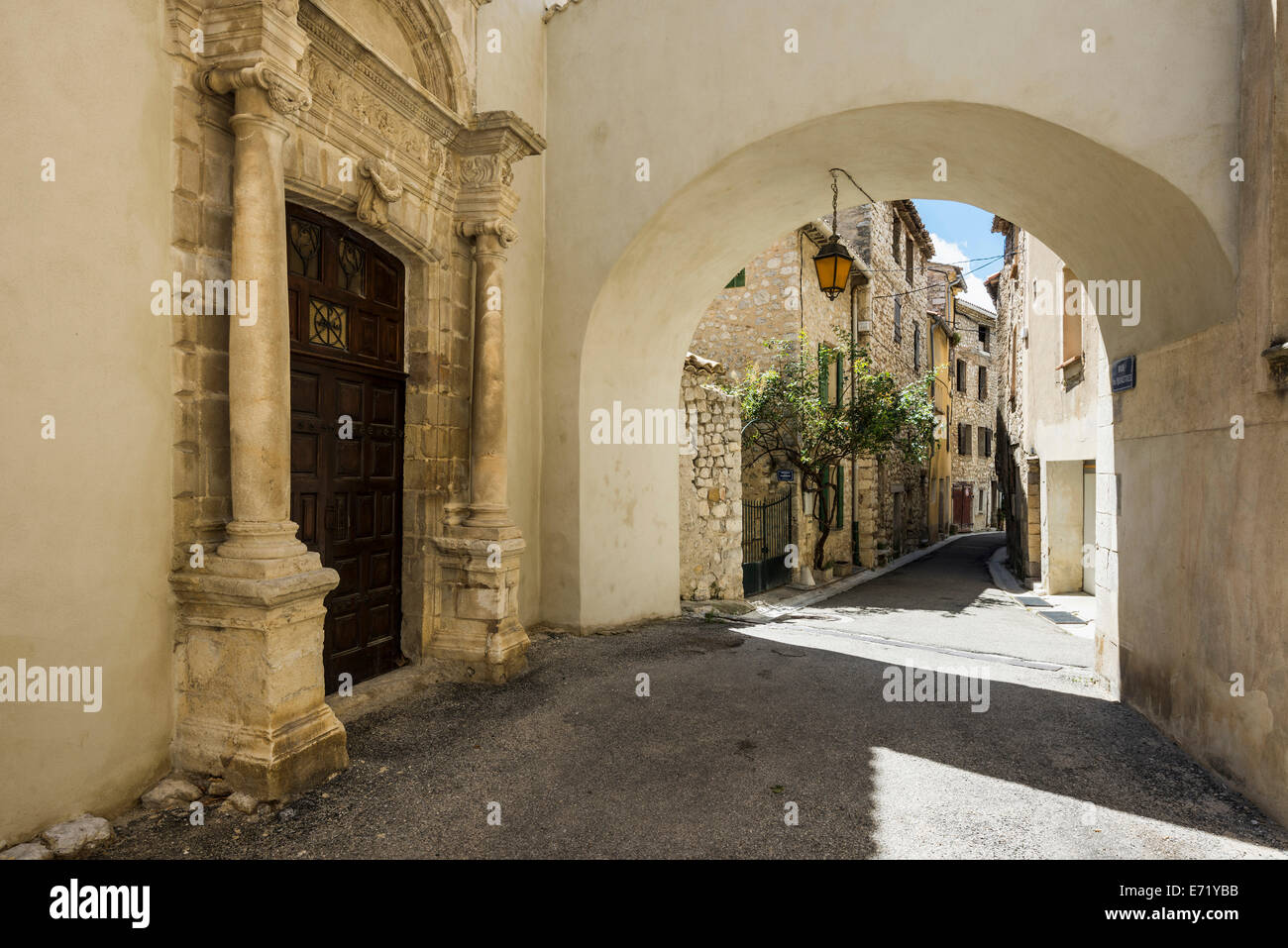 Kirche-Portal und Gasse, Buis Les Baronnies, Drôme, Rhône-Alpes, Provence, Frankreich Stockbild