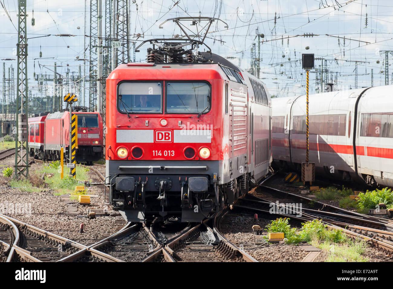 E-Lok der Baureihe 114 der Deutschen Bahn AG verwendet im Nahverkehr, im Frankfurter Hauptbahnhof Stockbild