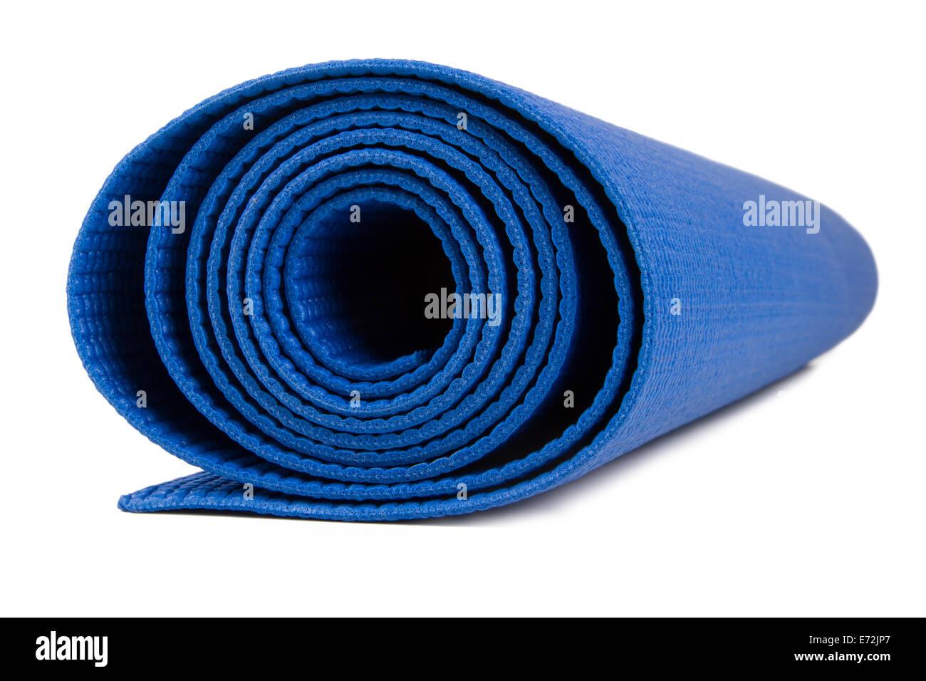 Seitenansicht des blauen gerollten Fitness-Matte, isoliert auf weißem Hintergrund. Stockbild