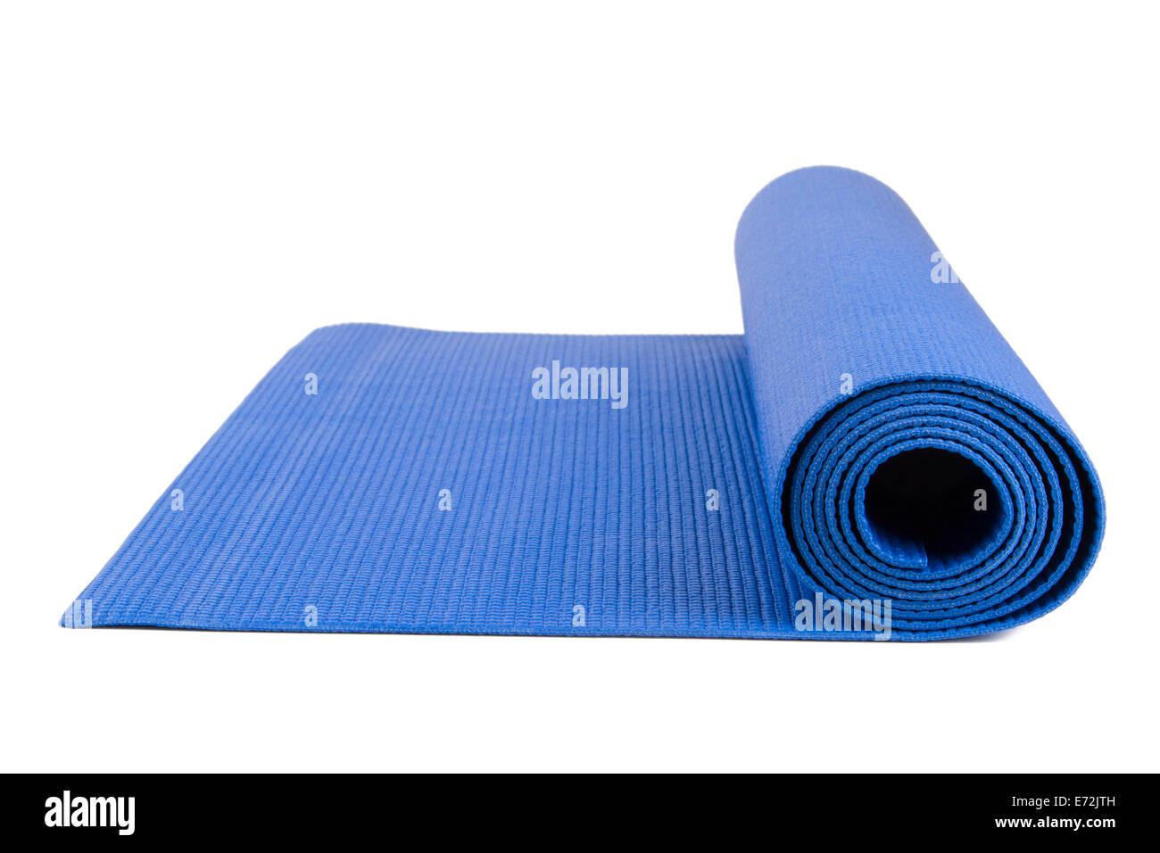 Nahaufnahme des blauen offenen Yoga-Matte Übung isoliert auf weißem Hintergrund. Stockbild