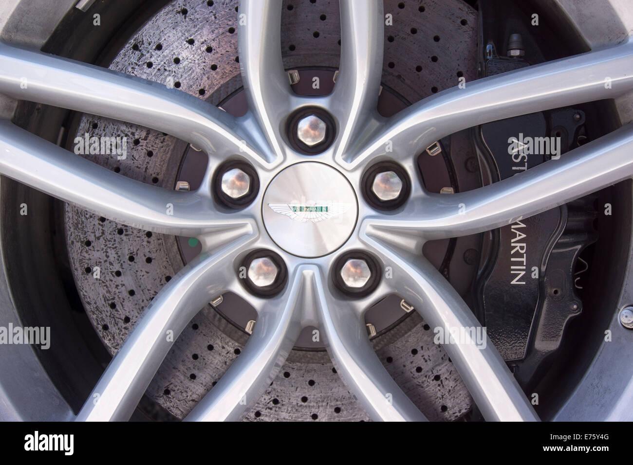 Felge mit einem Carbon Bremse Scheibe, Aston Martin DB9, 2012 Modell Stockbild