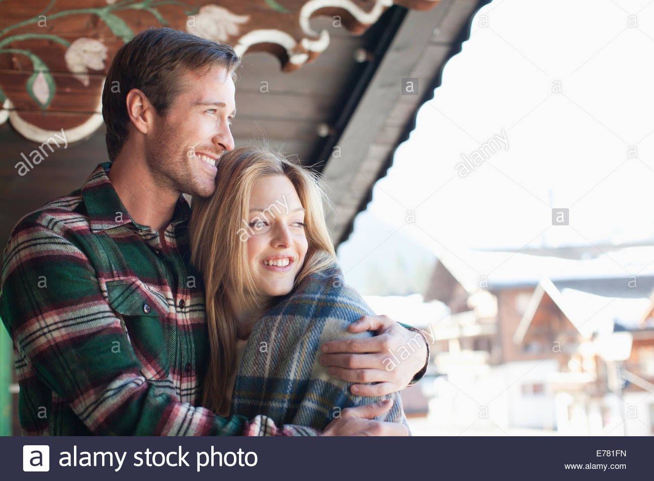 Lächelnde paar umarmt auf Kabine Veranda Stockbild