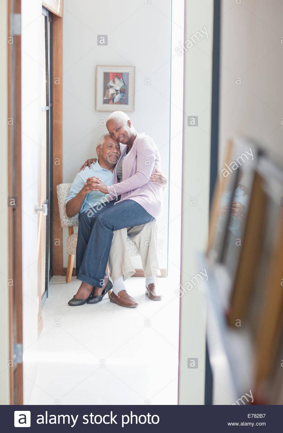 Älteres Ehepaar Zusammensitzen im Innenbereich Stockbild