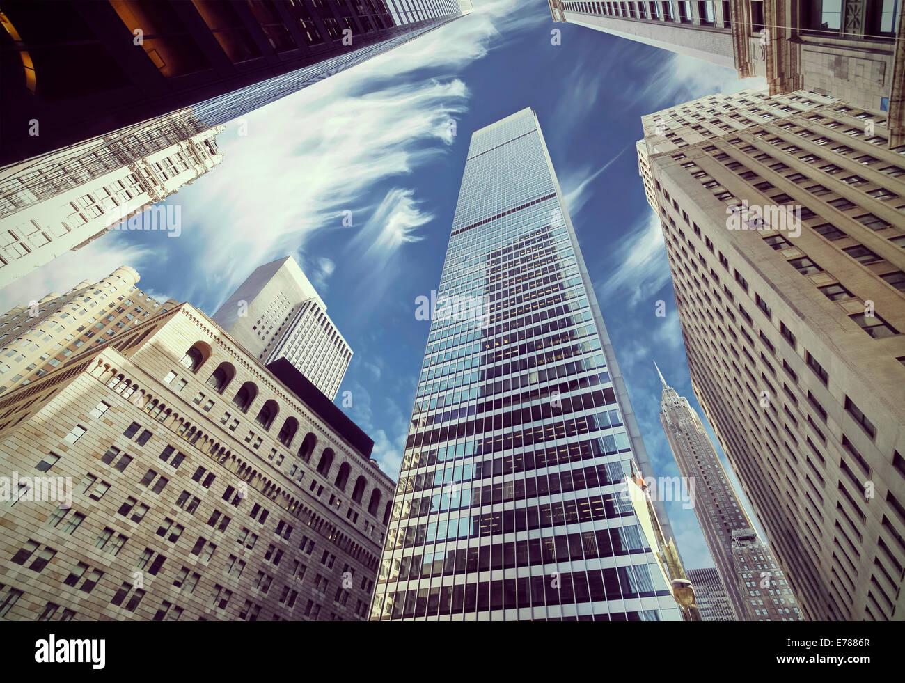 Retro-gefilterte Ansicht von Wolkenkratzern in Lower Manhattan, blickte zu Himmel, New York City. Stockbild