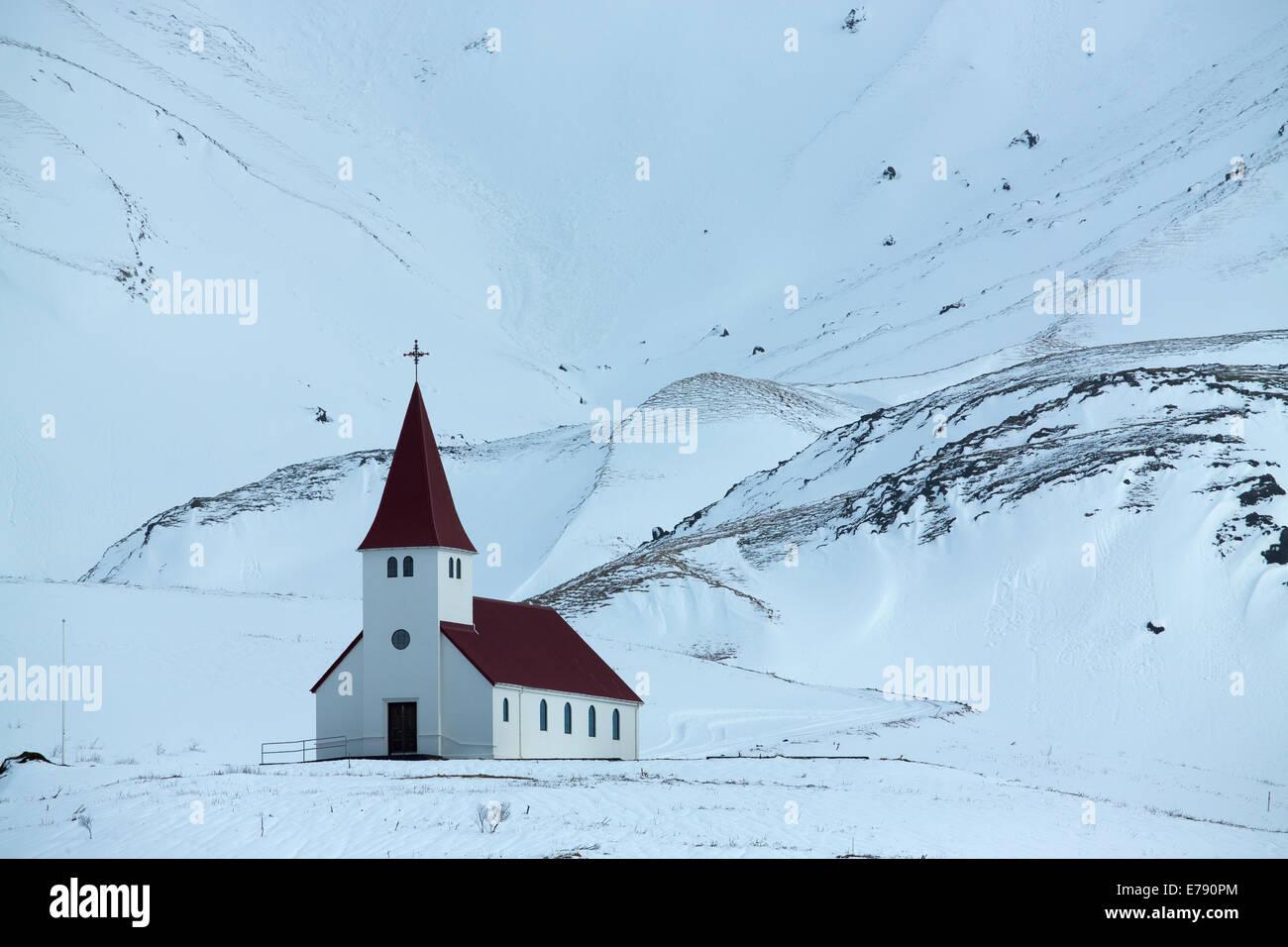 die Kirche oberhalb der Ortschaft Vík Í Mýrdal, Süden Islands Stockbild