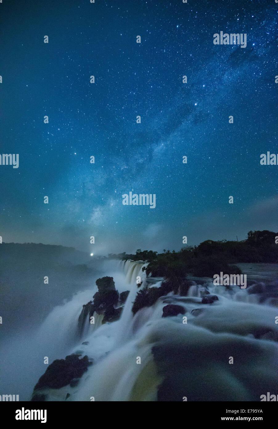 die Milchstraße über Iguazu Wasserfälle in der Nacht, Argentinien Stockbild