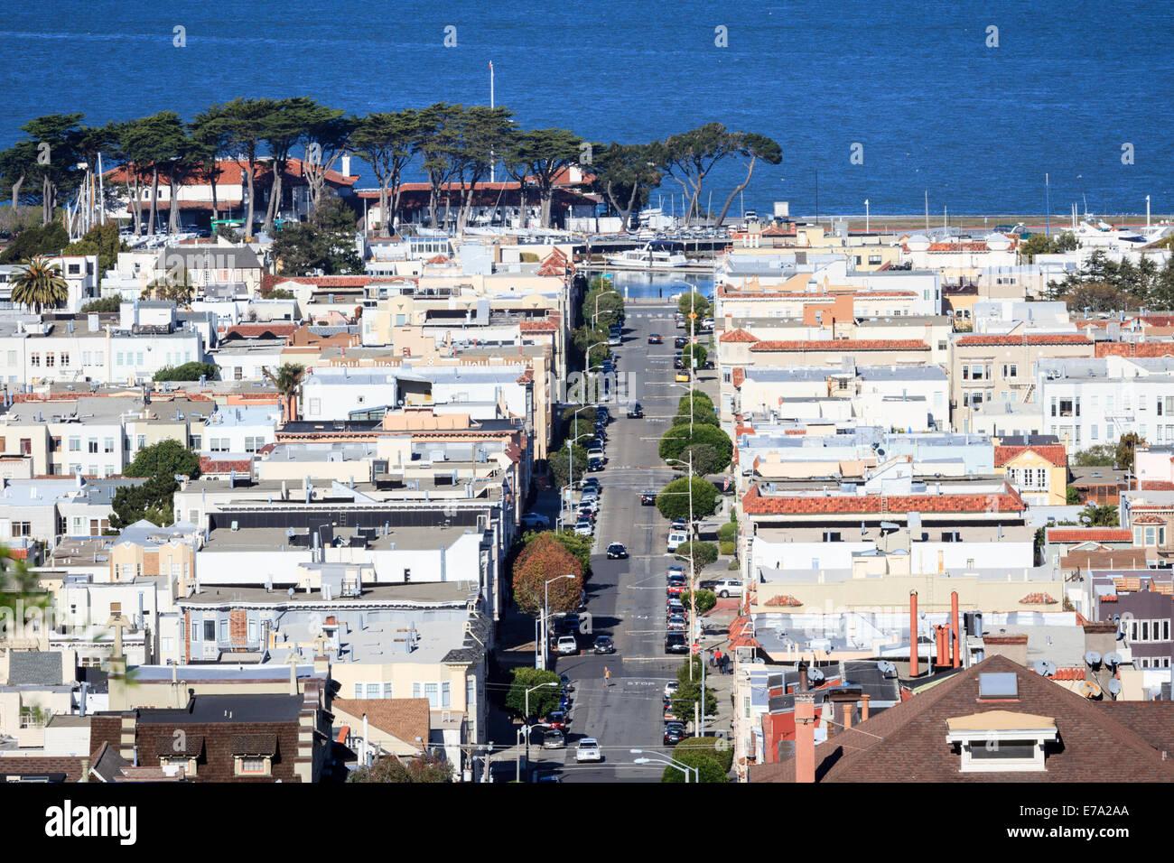 Mit Blick auf Häuser entlang der Broderick Street in Marina Viertel von San Francisco entlang der Bucht von Stockbild