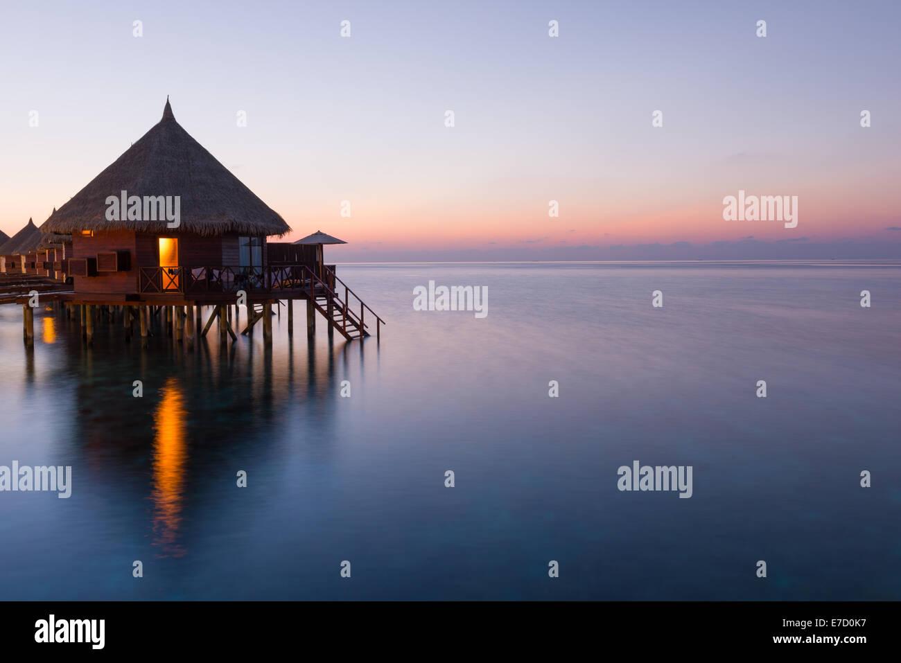 Panorama des tropischen Insel Resorts mit Überwasser Bungalows in der Nacht. Malediven. Ari-Atoll.  Malerischen Stockbild