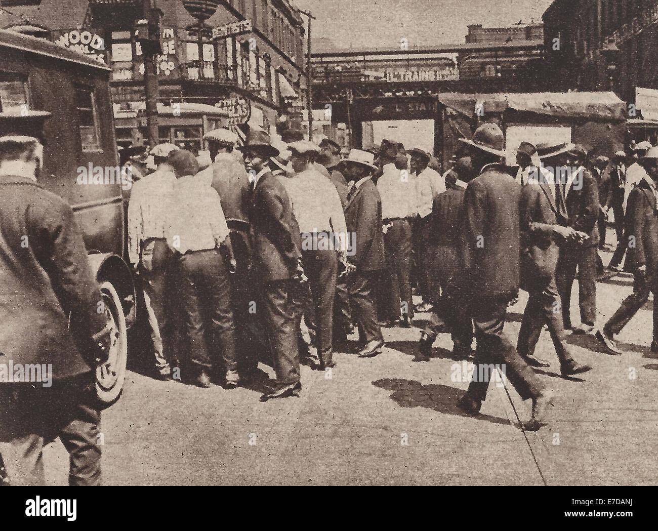 Einige randalierende Afro-Amerikaner wegnehmen in den Patrol Wagen - Chicago Rassenunruhen von 1919 Stockbild