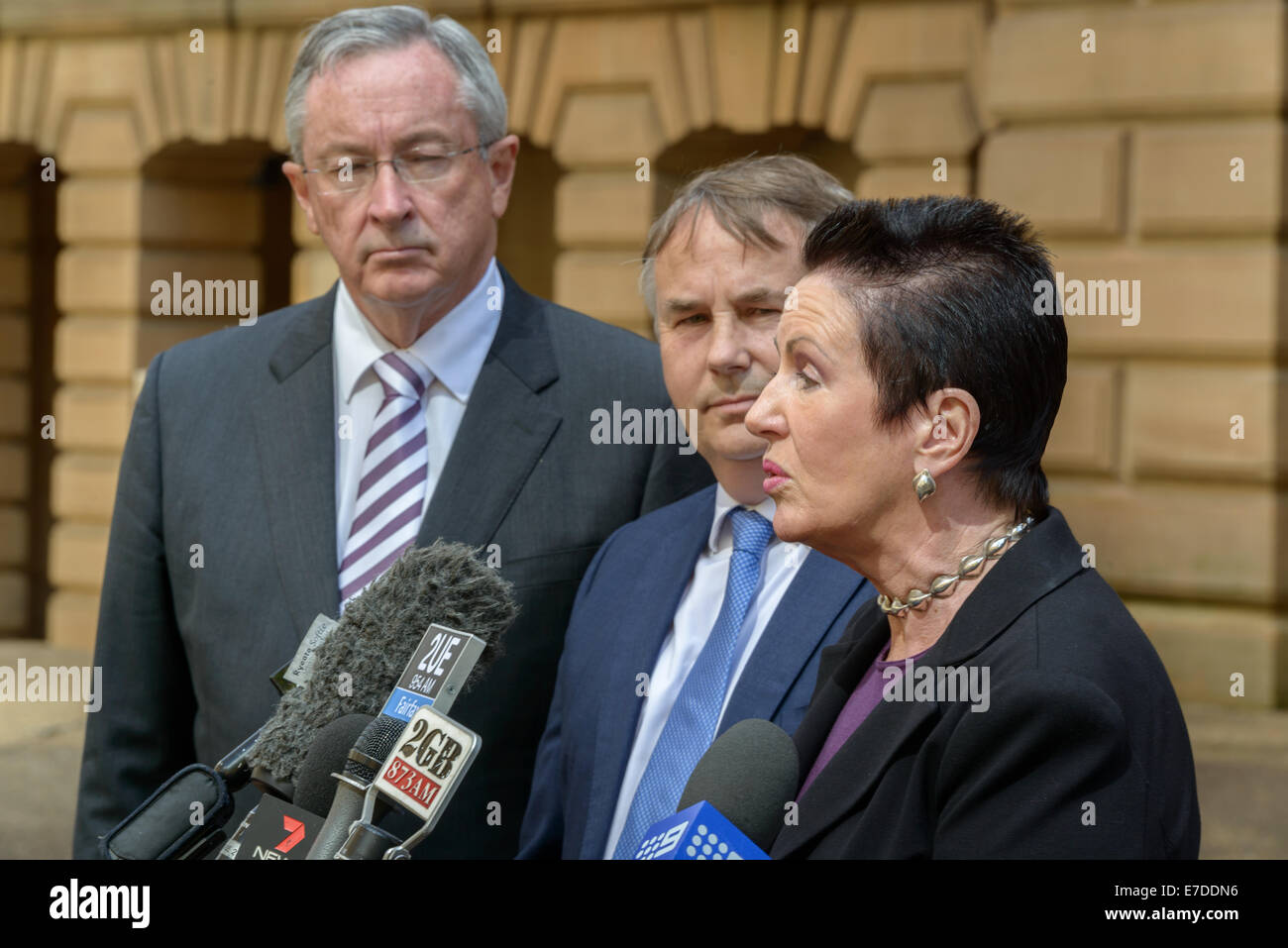 Sydney, Australien. 15. Sep, 2014. NSW Attorney General Brad Hazzard (L) schaut zu, wie Oberbürgermeister Clover Stockbild