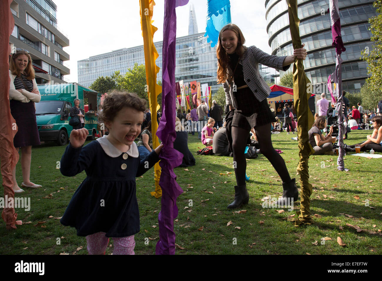 Menschen sammeln sich hängen, Bands anhören und andere Aktivitäten im Blue Ribbon Village. Thames Festival London Stockfoto