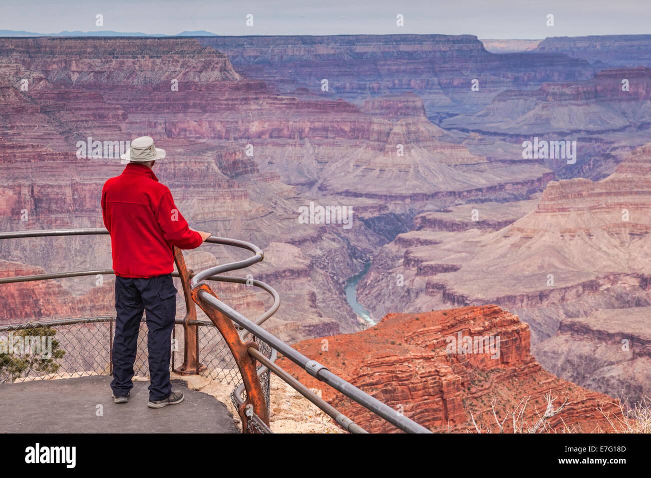 Senior woman Blick über Hopi Point, Grand Canyon, Arizona. Fokus auf Vordergrund. Stockbild