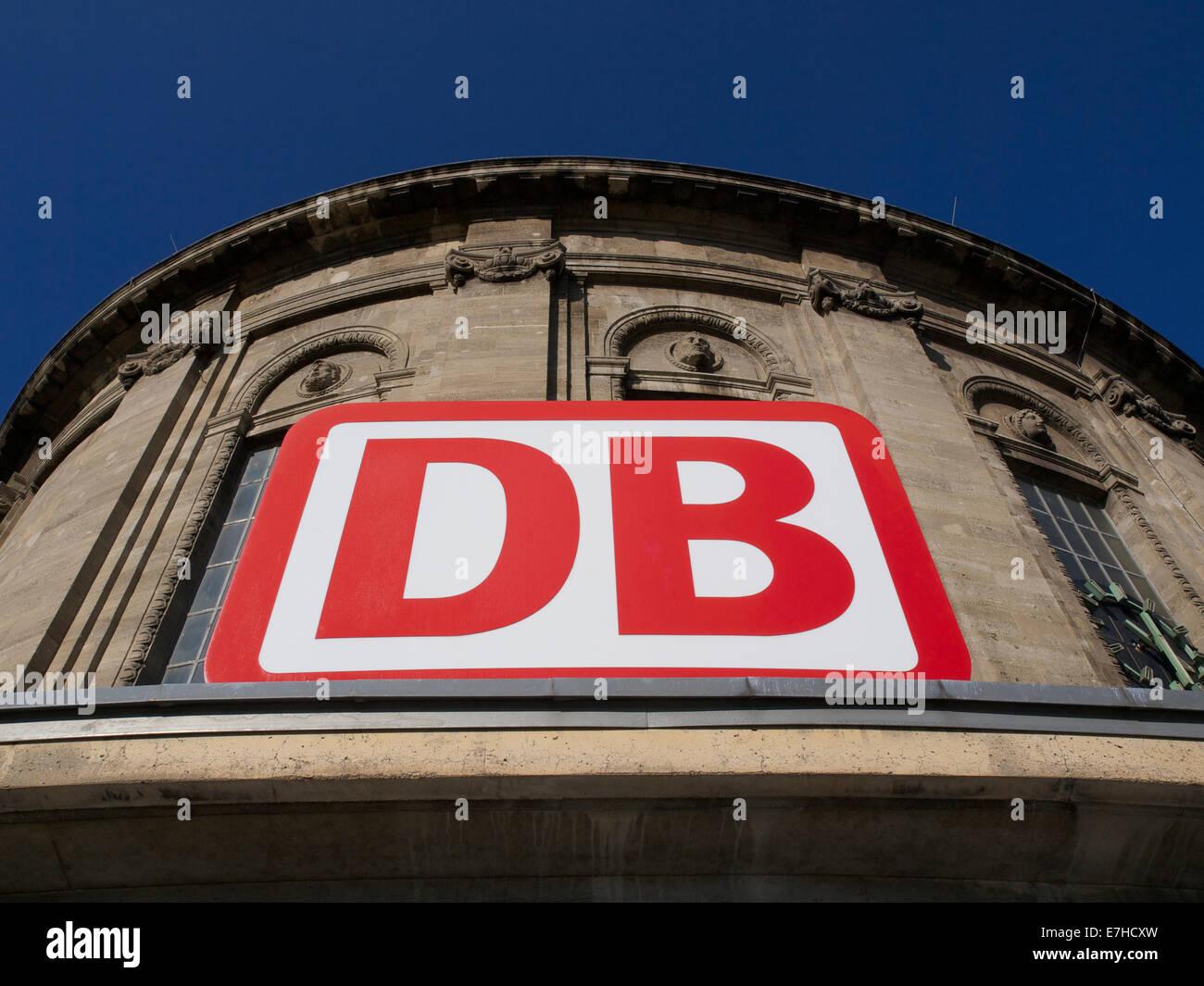 Deutsche Bahn-Logo, die Deutsche Bahn AG, auf der Station Messe/Deutz in Köln, Deutschland Stockbild