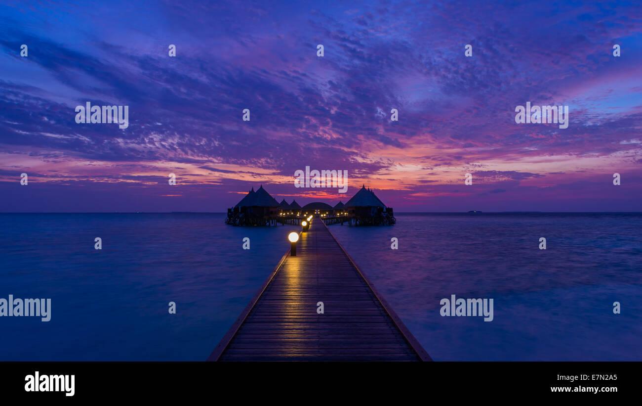 Herrlichen Sonnenuntergang über dem Ozean. Panorama der tropischen Insel. Malediven Stockbild
