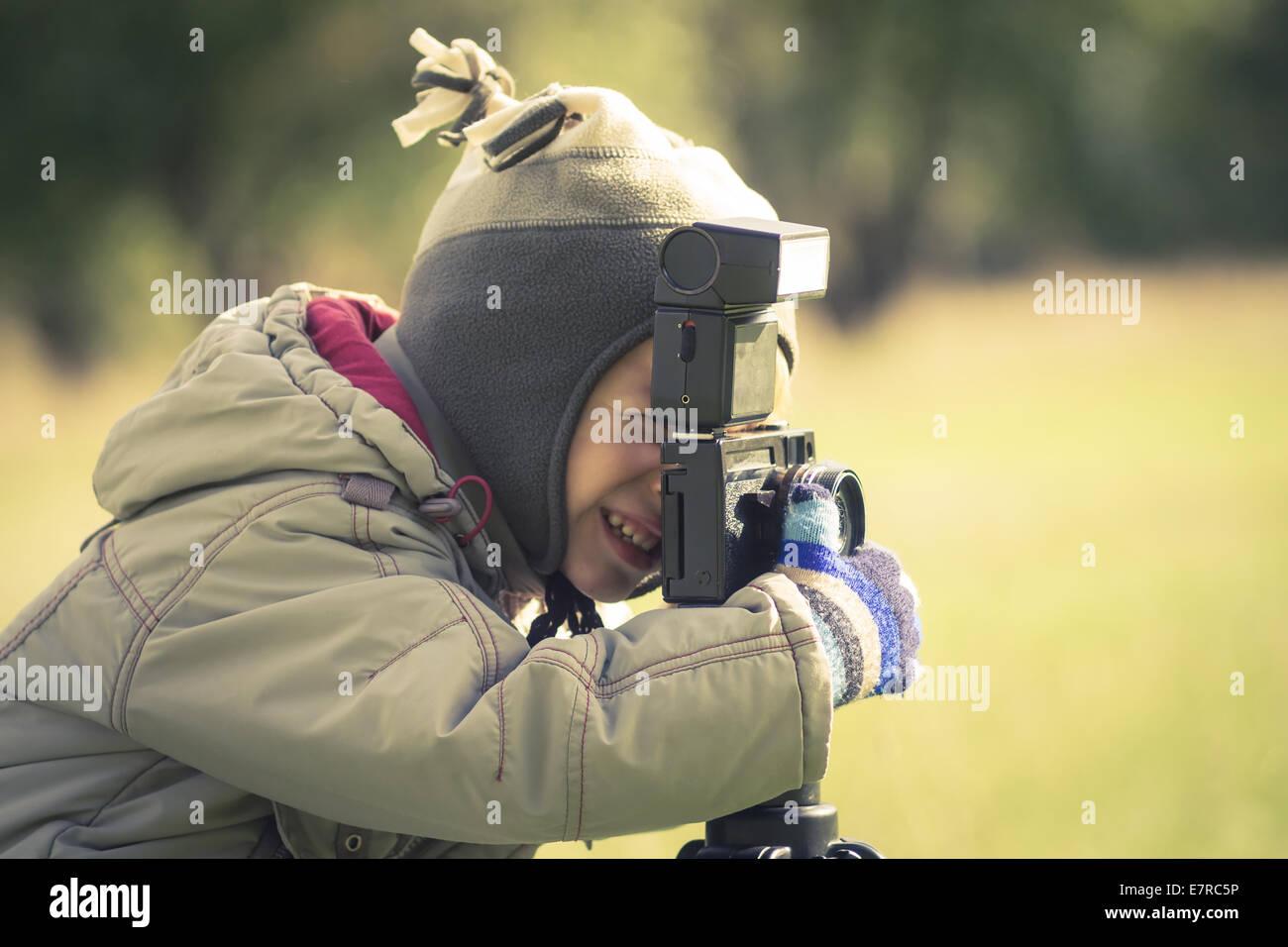 Süße kleine Junge schießen ein Foto im Herbst park Stockbild