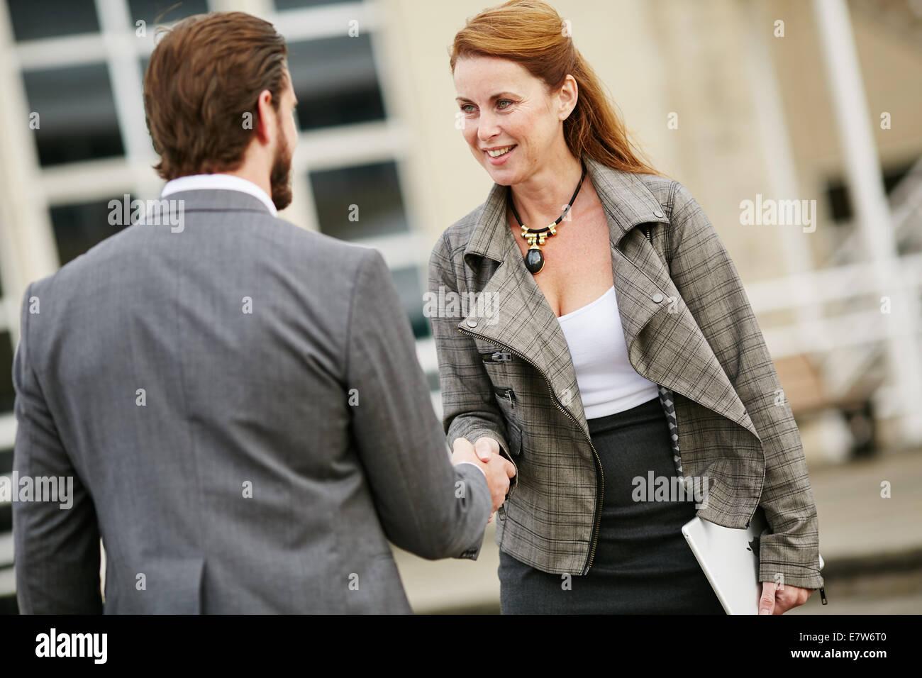 Zwei Geschäftsleute Gruß einander Stockbild