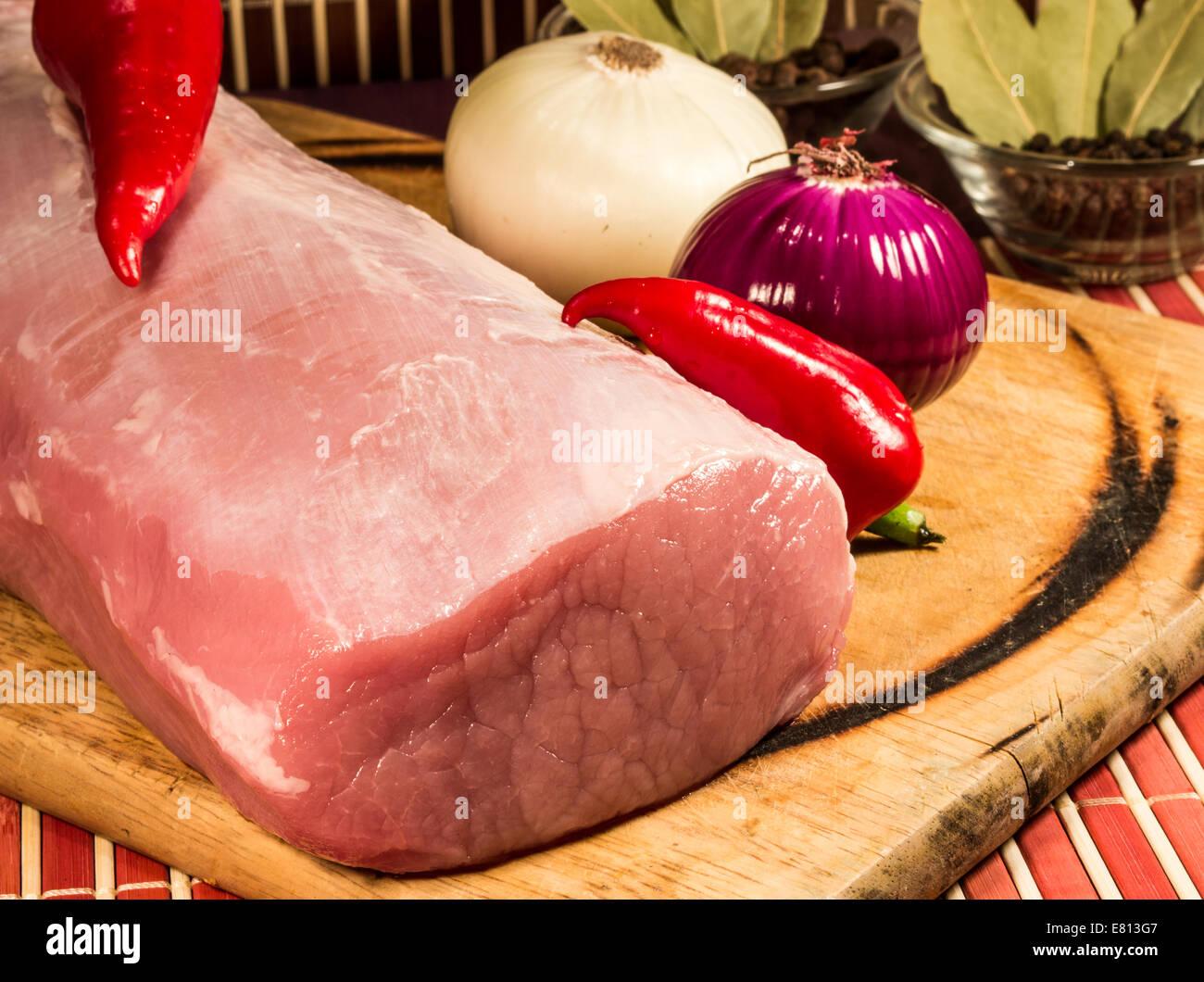 Rohes Fleisch auf Holzbrett. Stockbild