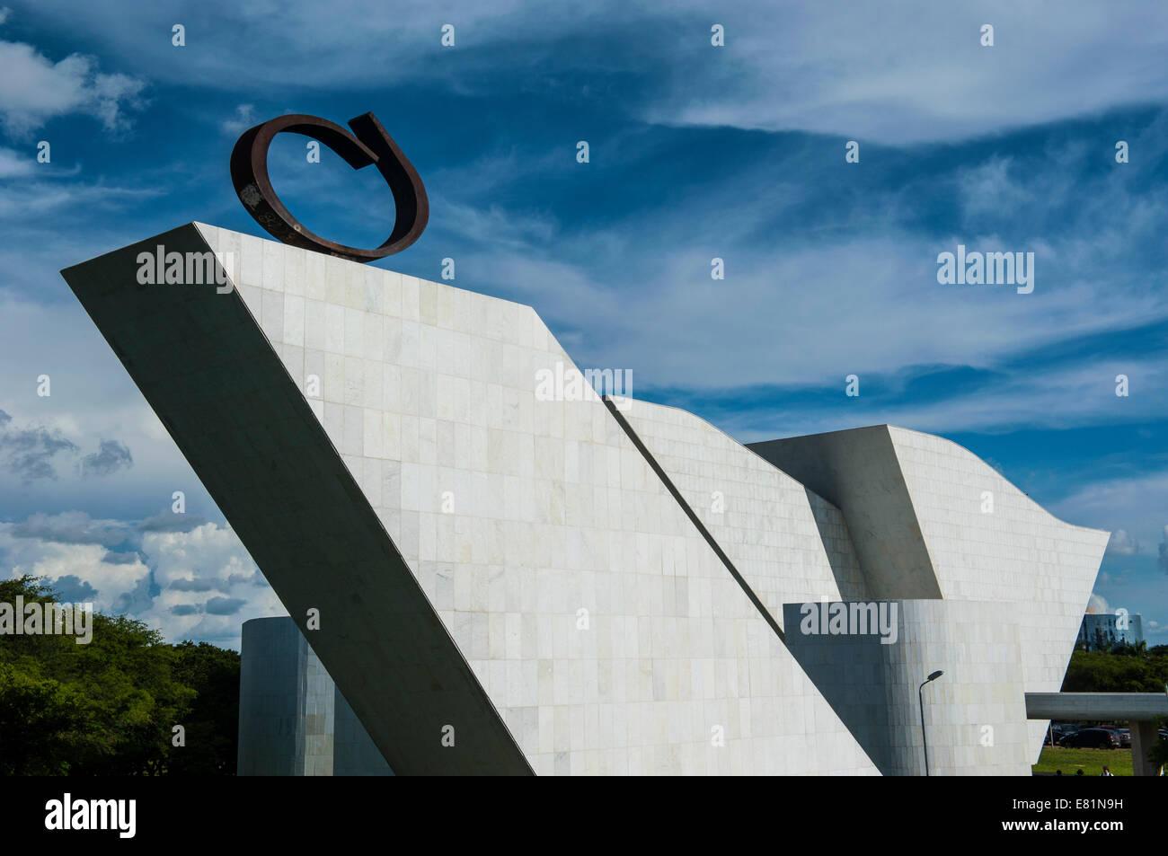 Kunst am Bau von Oscar Niemeier an der Plaza der drei Gewalten, Brasília, Brasilien Stockbild