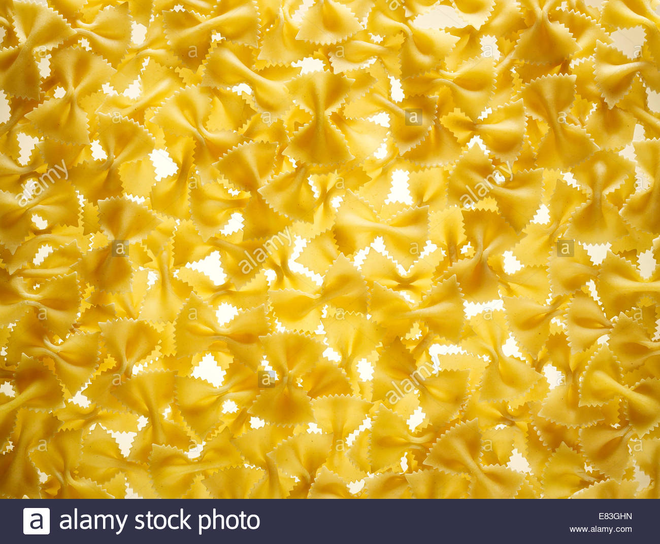 Ungekocht Fliege oder Farfalle Pasta als Textur-Hintergrund Stockbild