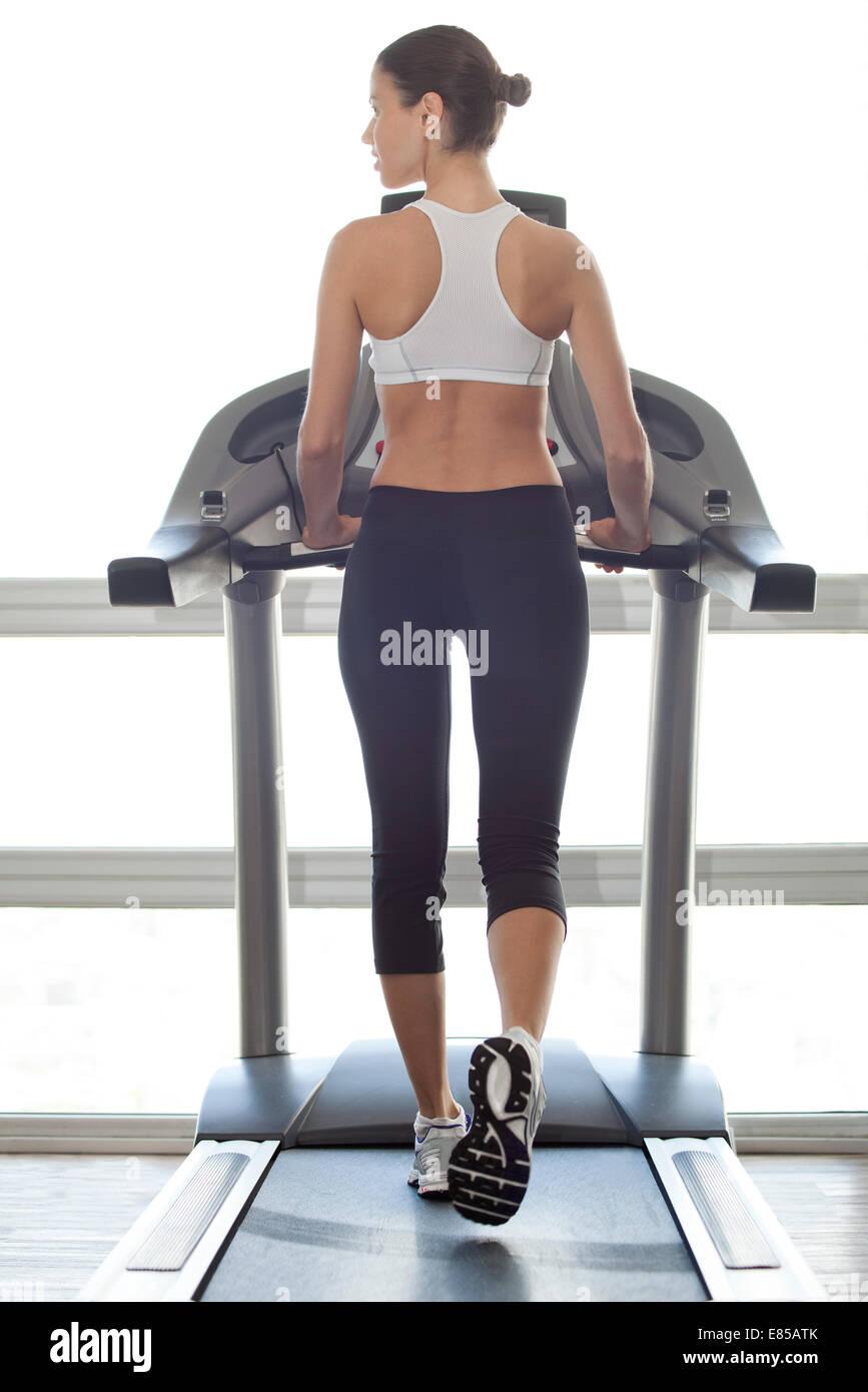 Frau auf Laufband trainieren Stockbild