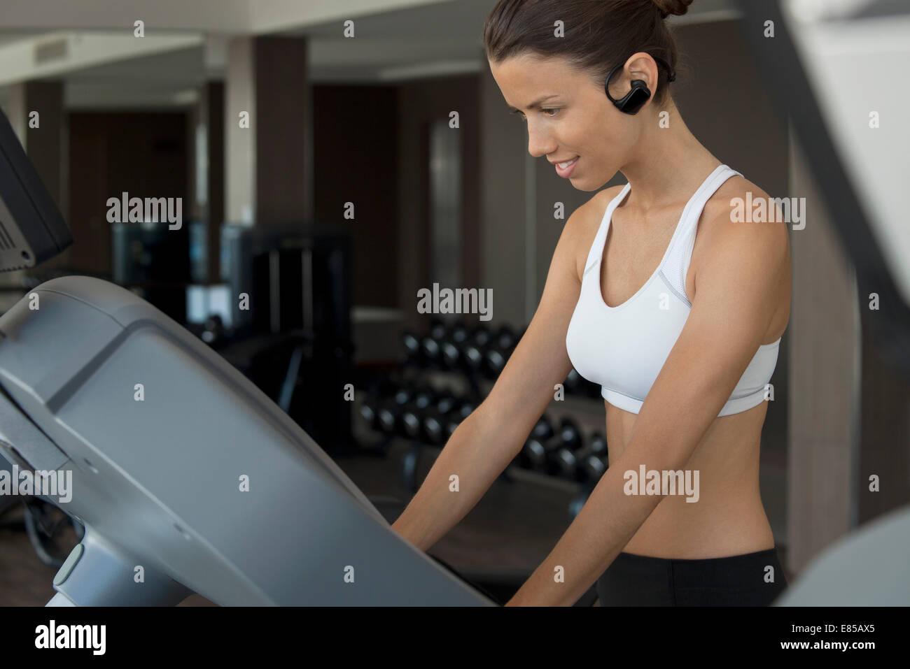 Frau im Health Club trainieren Stockbild