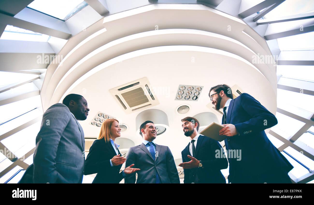 Gruppe von Wettbewerbsgeschäft Menschen diskutieren, Ideen oder Pläne Stockbild