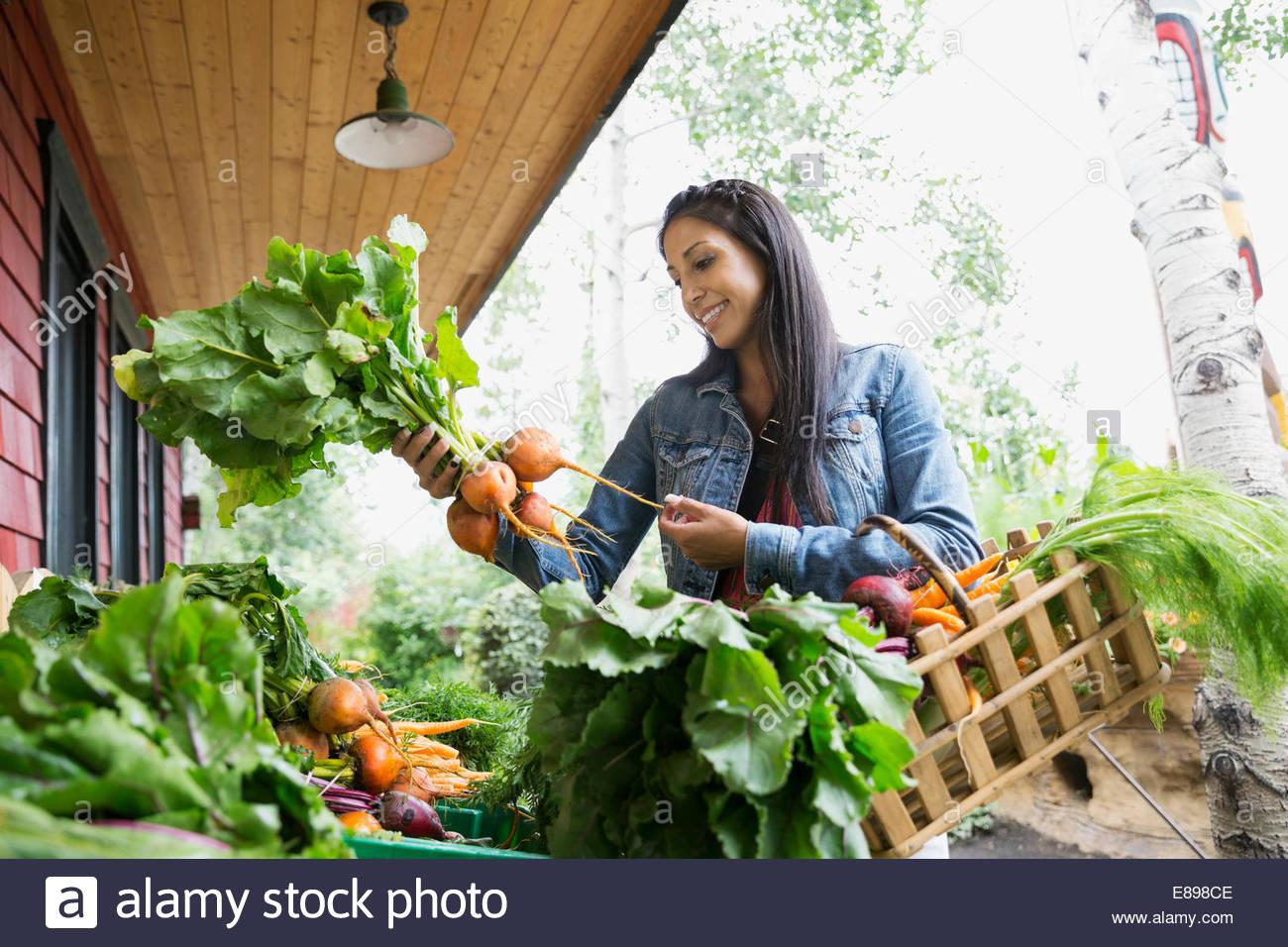 Frau shopping für frische außen Gemüsemarkt Stockbild