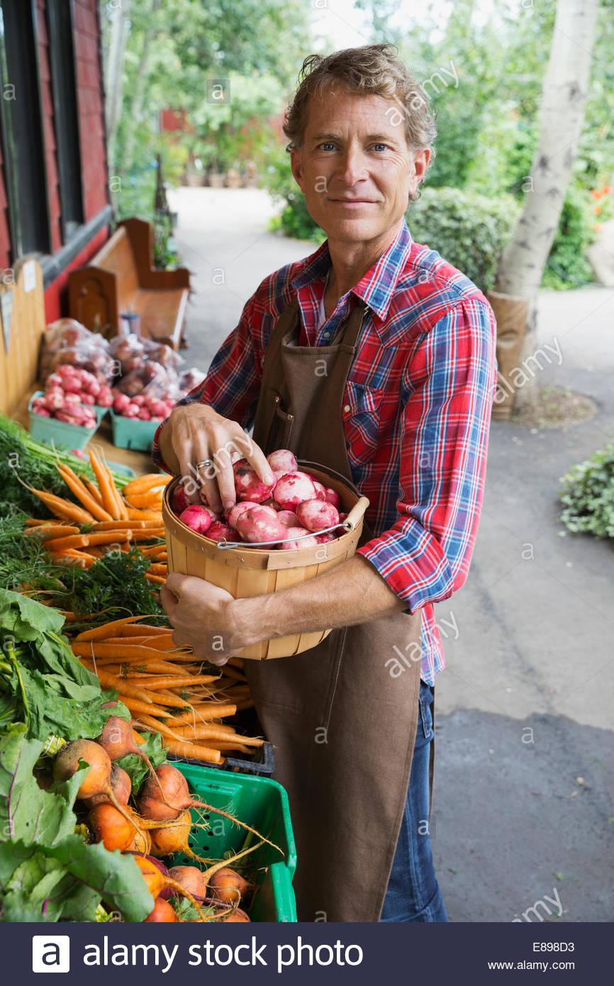 Porträt des Arbeitnehmers Strumpf außen Gemüsemarkt Stockbild
