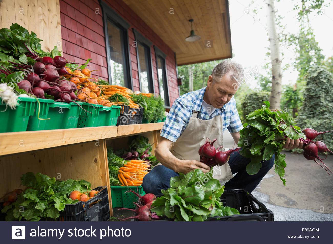 Arbeiter entladen Produkte außerhalb Markt Stockbild