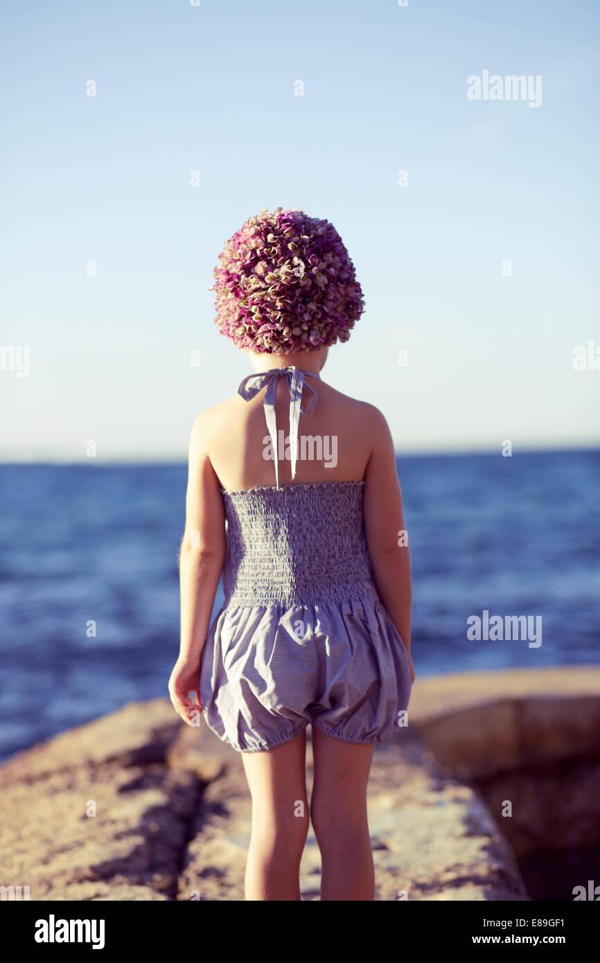 Mädchen in Swimcap Blick auf den Strand Stockbild