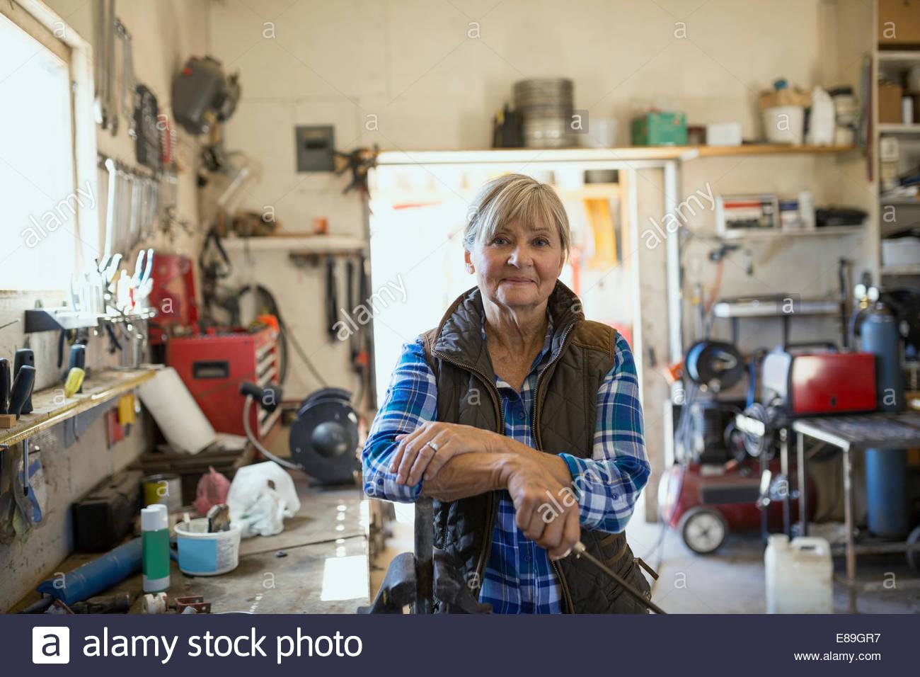 Porträt der selbstbewusste Frau in Werkstatt Stockbild