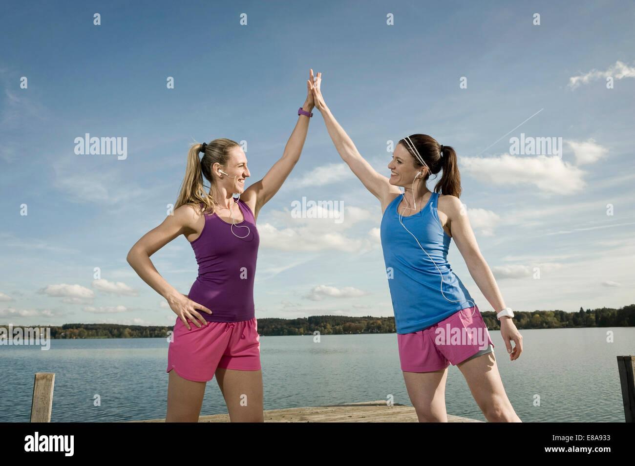 Joggen Frauen geben hohe fünf, Woerthsee, Bayern, Deutschland Stockbild