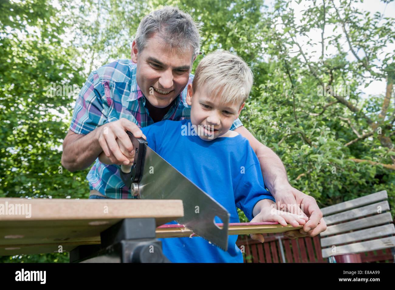 Handwerker-Vater-Sohn-Holz zusammenarbeiten Stockbild
